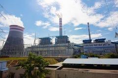 一个热电站在蓝天下 库存照片