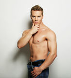 一个热的男性模型的性感的时尚画象 免版税库存照片