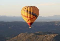 一个热空气气球在Sedona,亚利桑那附近上涨 图库摄影