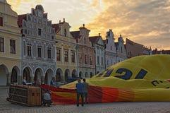 一个热空气气球的准备飞行的在城市Telc的大广场 库存图片