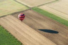 一个热空气气球的鸟瞰图 免版税库存图片