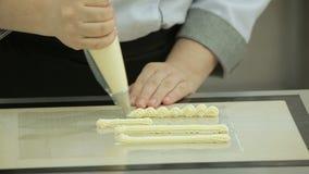 一个烹调注射器的附庸风雅用法buttercream放置的 股票视频