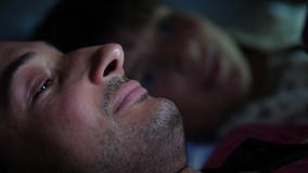 一个父亲和儿子睡衣的在床上在床用途前小配件 股票录像