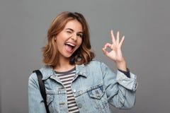 一个爽快十几岁的女孩的画象在牛仔布夹克穿戴了 免版税图库摄影