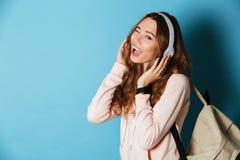 一个爽快愉快的女学生的画象有背包的 免版税库存照片