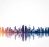 一个特大的城市的全景有反射的 正方形 免版税库存图片