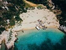 一个狂放的海滩的人们在汽艇附近 库存图片