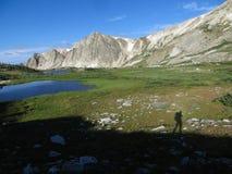 一个独奏远足者的阴影山的 库存照片