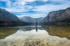 一个独木舟的人在山湖 图库摄影