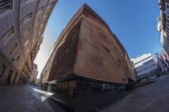一个独特的大厦的白点180视图在市马德里 库存图片