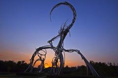 一个独特的雕塑在北京日落的奥林匹克森林公园 免版税库存图片