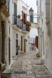 一个狭窄的胡同在奥斯图尼,普利亚,意大利 免版税库存照片