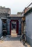 一个狭窄的胡同的看法在传统北京Hutong在奇恩角 免版税图库摄影
