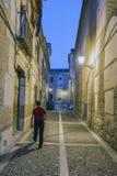一个狭窄的鹅卵石胡同的夜视图有16世纪房子门面的在广场de西万提斯旁边叫圣玛丽亚  库存图片