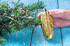 以一个玉米穗在女性韩的形式老圣诞节戏弄 库存图片