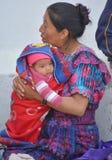 一个玛雅婴孩和他的母亲的画象 免版税库存照片