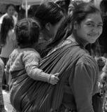 一个玛雅婴孩的画象继续了他的母亲后面  免版税库存照片