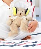 一个玩具熊的特写镜头与耳机的 库存照片