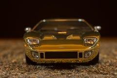 一个玩具GT40浅滩的再生产在沙子背景的 库存图片