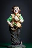 一个玩杂耍的小丑的小雕象 免版税库存照片
