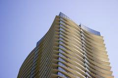 一个现代公司大厦的顶部以在每个地板的淡黄色突出物 图库摄影