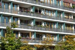 一个现代公寓的前面 图库摄影