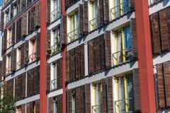 一个现代公寓的门面有木窗口的关闭 免版税库存图片