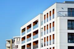 一个现代公寓的门面 免版税库存照片