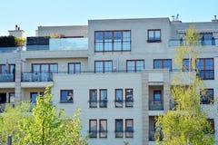 一个现代公寓的门面 库存照片