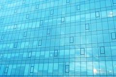 一个现代办公室公司大厦的门面 与玻璃的现代工厂厂房 免版税库存图片