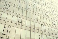 一个现代办公室公司大厦的门面 与玻璃的现代工厂厂房 图库摄影