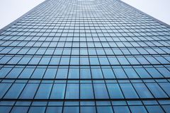 一个现代办公室摩天大楼大厦的门面在城市 库存照片