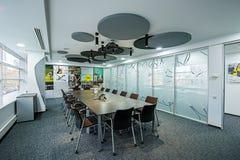 一个现代办公室的内部 空的内部现代办公室露天场所 库存照片