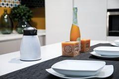 一个现代厨房的细节有桌的为两设置了 免版税库存图片