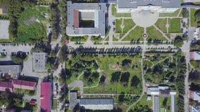 一个现代和干净的城市的鸟瞰图有全部绿叶和白色大厦的 夹子 现代城市的顶视图与 免版税图库摄影