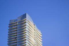 一个现代和时髦的公司大厦的顶部以在每个地板的淡黄色突出物 免版税库存照片