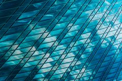 一个现代商业中心的几何和线 云彩在a高层摩天大楼的玻璃窗里被反射  免版税图库摄影