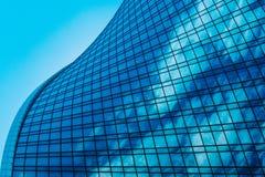 一个现代商业中心的几何 一个现代商业城市的玻璃高层摩天大楼的蓝色背景  库存照片