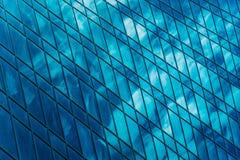 一个现代商业中心的几何 反射在云彩玻璃窗里在现代的商务的摩天大楼的 库存图片