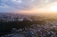 一个现代城市的全景日落的 邮政正方形, Podol区,基辅,乌克兰市中心 鸟瞰图 免版税库存图片