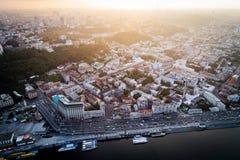 一个现代城市的全景日落的 邮政正方形, Podol区,基辅,乌克兰市中心 鸟瞰图 库存照片