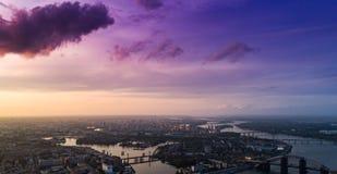 一个现代城市的全景有城市的河、未完成的桥梁和公园零件的 免版税图库摄影
