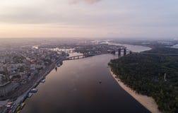 一个现代城市的全景有城市的河、未完成的桥梁和公园零件的 免版税库存图片