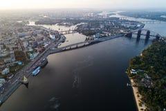 一个现代城市的全景有城市的河、未完成的桥梁和公园零件的 库存图片