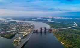 一个现代城市的全景有城市的河、未完成的桥梁和公园零件的 库存照片