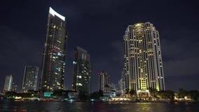 一个现代城市,一个大都会的商业中心在晚上 生活煮沸 从办公室窗口的光在摩天大楼 影视素材