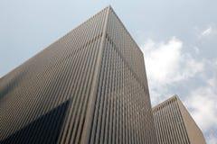 一个现代大厦在从一个低角度视图的城市 库存图片