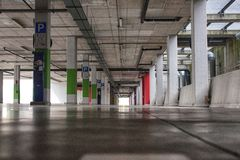 一个现代大厦的停车场 库存照片