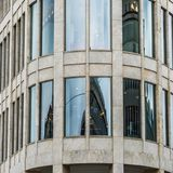 一个现代大厦的圆角落区域的侧视图在一个大城市的市中心 免版税库存图片
