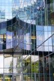 一个现代大厦的片段的反射在玻璃门面的 免版税图库摄影